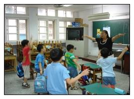 星兒們跟著指導老師比手劃腳、認真上課的模樣其實與一般學童無異